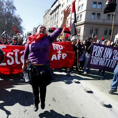 Mielenosoittajia Santiagon kaduilla.