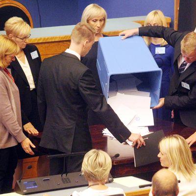 Vaalivirkailijat laskevat ensimmäisen kierroksen ääniä parlamentissä 29. elokuuta.