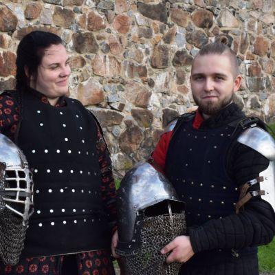 nainen ja mies linnan edessä