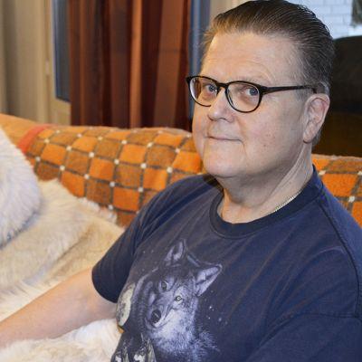 Jukka Severi Mäkinen ja Harkku-koira istuvat sohvalla.