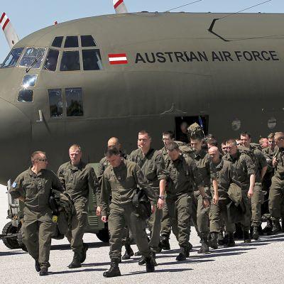 sotilaita tulee ulos lentokoneesta