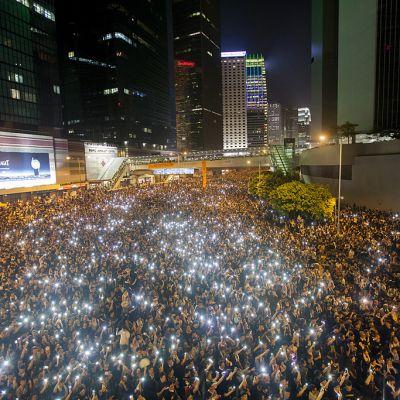 Mielenosoittajia Hongkongin keskustassa illalla.