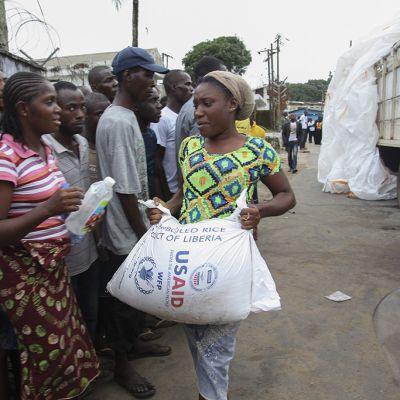 West Pointin kaupungin asukkaat saivat ruoka-apua Monroviassa, Liberiassa 21. elokuuta.