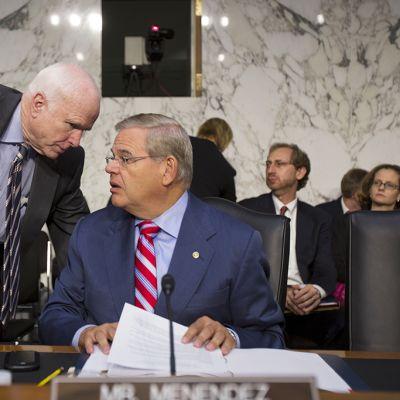 John McCain (vas.) ja Robert Menendez tapasivat Washingtonissa 4. syyskuuta 2013.