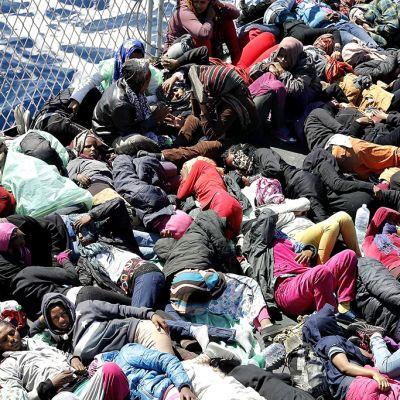 Turvapaikanhakijoita laivan kannella.