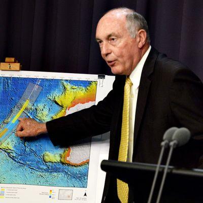 Australian varapääministeri Warren Truss näyttää kadonneen koneen uutta etsintäaluetta kartalta.