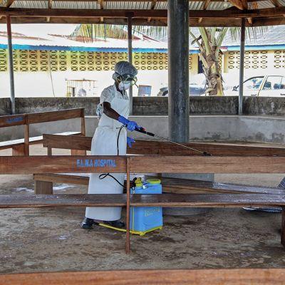 Hoitaja desinfioi vierailijoiden odotustilaa ELWA:n sairaalassa, Monroviassa, Liberiassa 28. heinäkuuta.