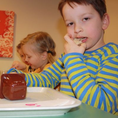 Aamos Kivioja syö päiväkodin välipalalla leipää.