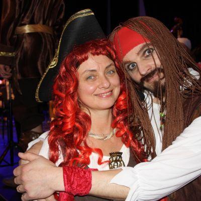 Ewa Czarnocka ja Ilpo Mattila merirosvoiksi pukeutuneina Raahesalin lavan edustalla.