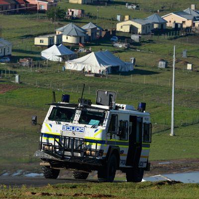Poliisi partioi maaseutua Qunussa, johon Nelson Mandela haudataan.