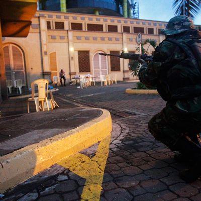 Sotilaita väijymässä ostoskeskuksen ulkopuolella.