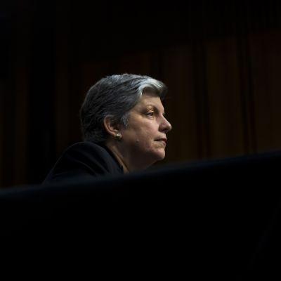 Janet Napolitano kuvattuna mustaa taustaa vasten.