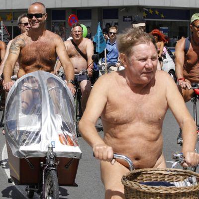 Nudistipyöräilijät osallistuivat Cyclonudista-tapahtumaa Brysselissä, Belgiassa, 15. kesäkuuta. Pyöräilijät vastustivat mm. moottoriajoneuvojen aiheuttamia ilmansaasteita ja riippuvuutta öljyntuotannosta.