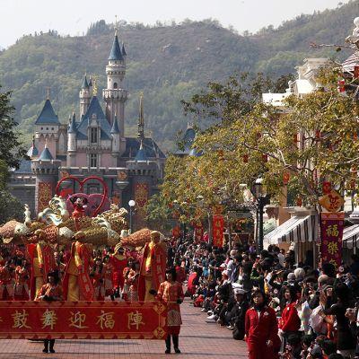 Kiinalaista uuttavuotta juhlistanut paraati Hongkongin Disneylandissa.