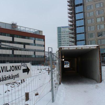 Valkoinen 16-kerroksinen Innova tornitalo saa rinnallee pikkuvelken Innova kakkosen (kuvassa vasemmalla). Jatkossa Messukeskuksen alueella messuillaan, asutaan hotellissa ja työskennellään konttoreissa sulassa sovussa. Hotelliin kuuden päällekkäisen kulmasviitin ikkunoista avautuu näkymät Jyväsjärven suuntaan.