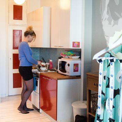 nuori nainen keittiössä