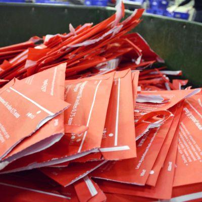Joulupostin kuoria postin lajittelukeskuksessa.