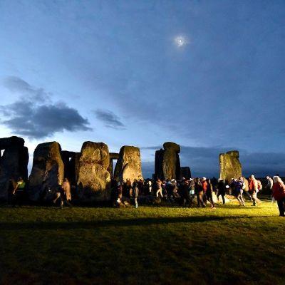 Ihmiset viettivät talvipäivänseisahdusta Stonehengessä, Wiltshiressä vuoden lyhimpänä päivänä, 21. joulukuuta.