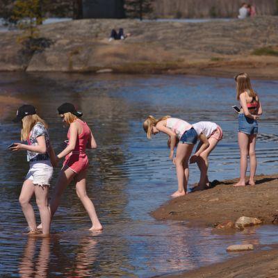 Tyttöjä uimarannalla.