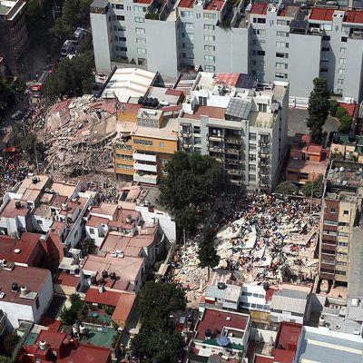 Ilmakuva romahtaneista rakennuksista.