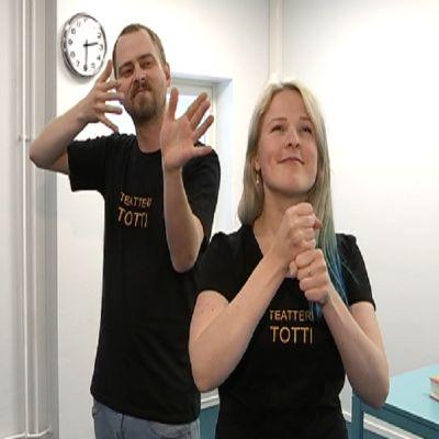 Teatteri Totin kaksi näyttelijää harjoittelemassa.