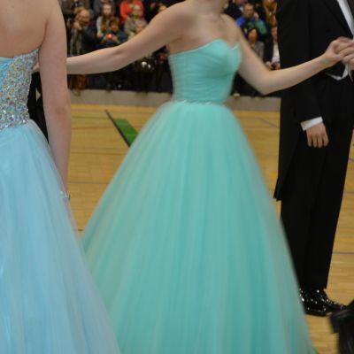 Vanhoja tanssimassa