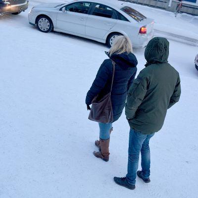 Mies lähestyy naista talvisella kadulla