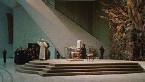 Paavi tervehtii häntä kuulemaan tulleita Vatikaanissa 1985