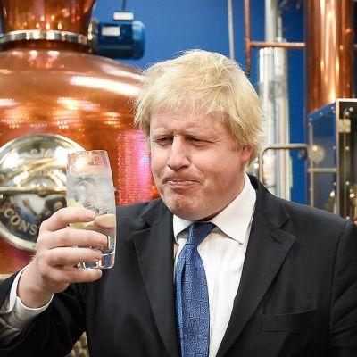 Lontoon kaupunginjohtaja, konservatiivien Boris Johnson, nautti gin tonic -lasillisen 17. huhtikuuta 2015.