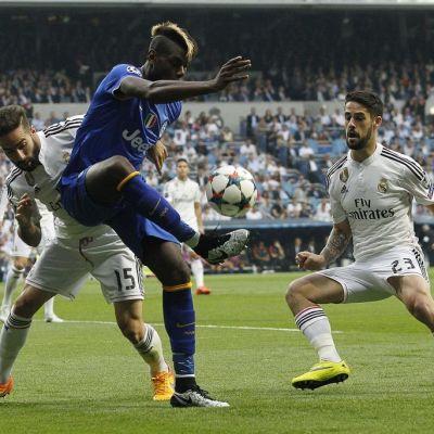 Paul Pogba pomputtelee palloa