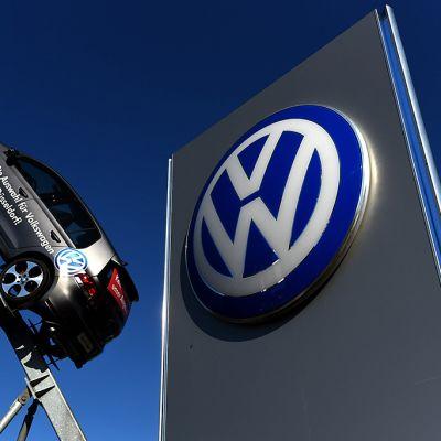 Volkswagenin auto ja isokokoinen logo ovat Volkswagenin konttorin edustalla Düsseldorfissa.