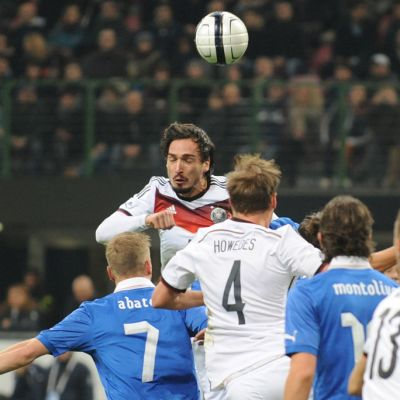 Saksan Mats Hummels nousee pääpalloon Italiaa vastaan.