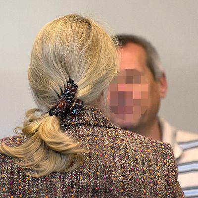 Heidrun ja Andreas Anschlag kuvattuina oikeudenkäyntinsä aikana 2. heinäkuuta 2013 Stuttgartissa. Miehen kasvot on pikselöity kuvankäsittelyohjelmassa oikeuden pyynnöstä.