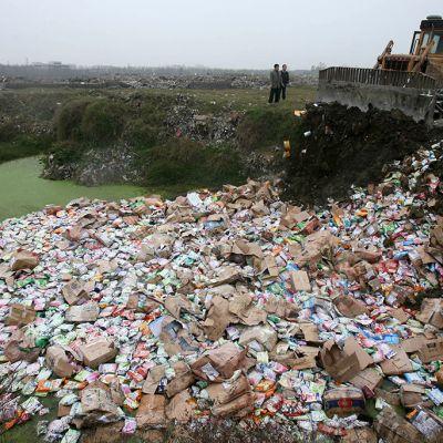 Melamiinia sisältävää maitojauhetta tuhottiin vuonna 2008 Wuhanin kaupungissa Kiinassa.