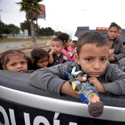 Lapset ohittavat Saltillon kaupungin Meksikossa, yrittäessään päästä kohti USA:ta.