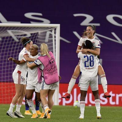 Lyon-pelaajat juhlivat kuvassa