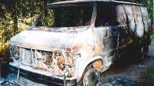 en bil som har brännts ner till oigenkännlighet.