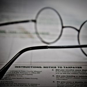 Silmälasit veroilmoituksen päällä.