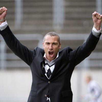 Landskrona BoIS:n päävalmentaja Henrik Larsson juhlii kädet ilmassa.