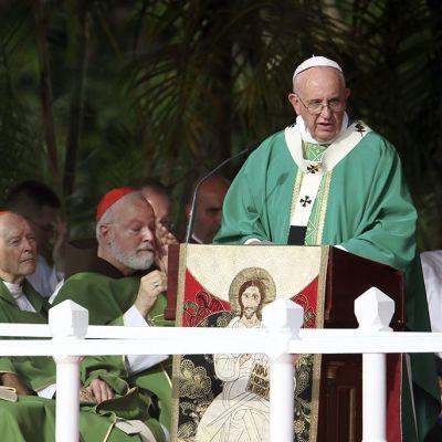 Paavi puhujapöydän takana pitämässä messua