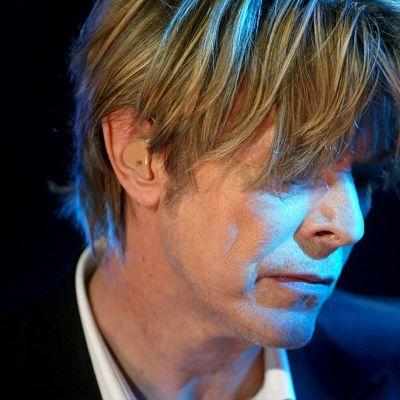 David Bowie esiintymässä Montreaux'n jazz-festivaaleilla Sveitsissä 18. heinäkuuta 2002.