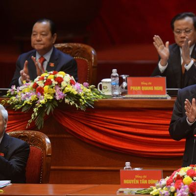 Pääministeri Nguyen Tan Dung (oik.) ja puolueen pääsihteeri Nguyen Phu Trong (vas.) Vietnamin kommunistisen puolueen 12. kansallisen kongressin avajaisseremoniassa Hanoissa 21. tammikuuta 2016.