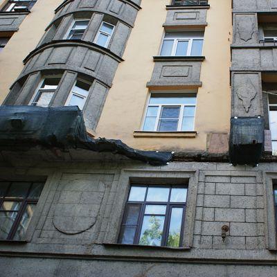 Romahtaneita parvekkeita pietarilaisen talon seinässä.