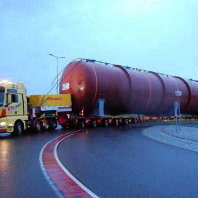 Erikoiskuljetus liikenneympyrässä.