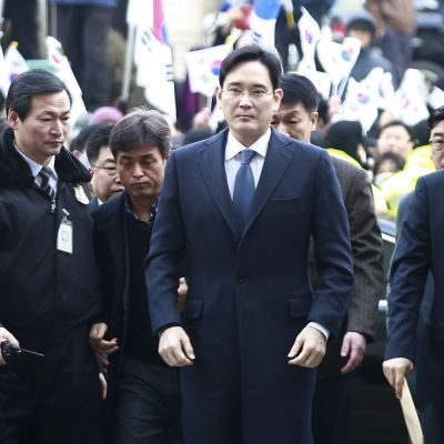 Samsungin varajohtaja Lee Jae-yong (keskellä) saapumassa oikeuden kuultavaksi Seoulissa 16.2. 2017.