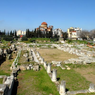 Hautojen raunioita, taustalla nykyrakennuksia.