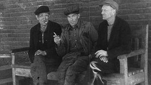 Satamatyöläiset tupakalla Kemin lakon 1949 tukilakon aikana. videokaappaus.
