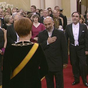 Irans ambassadör Javad Kajoyan Fini hälsar på president Halonen under mottagningen 2004.