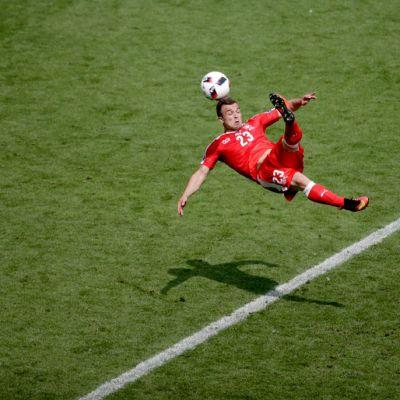 Xherdan Shaqiri iskee palloon suoraan ilmasta.