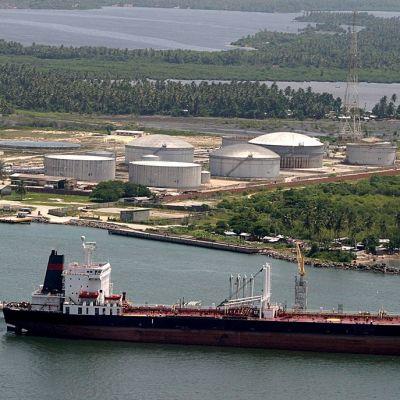 Öljyntuotantolaitoksia Nigerjoen suistoalueella Nigeriassa. Etualalla suuri alus.